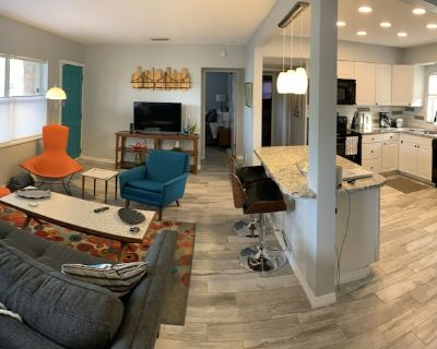 St Pete Mod - Bright & Chic w/ Big Fenced Yard - Dogs Welcome - Disston Heights