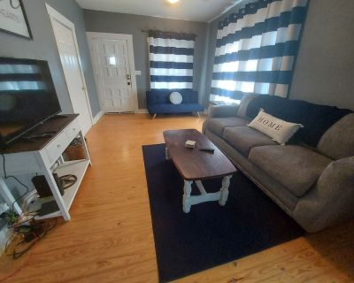 Cozy & Cute 2 bedroom 1 bath house directly across from Dickies Arena. - Fort Worth Cultural District