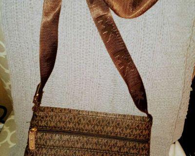 Michael Kors crossbody purse great condition!!