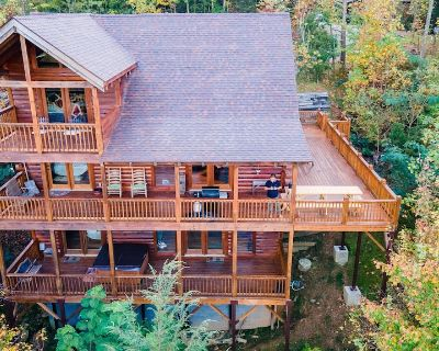 Escape From Reality - New Deluxe 7 person hot tub installed on 12/11, large deck - Gatlinburg