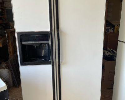 HOTPOINT 26.6 CU. FT. SIDE-BY-SIDE NO-FROST REFRIGERATOR WITH DISPENSER