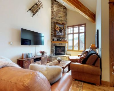 Bright townhome with a private hot tub, gas fireplace, and free WiFi! - Big Sky Mountain Village