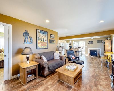 Dog-Friendly Desert Oasis w/ a Furnished Sunroom, Patio, Enclosed Yard, & Views - Yucca Valley