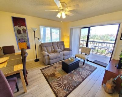 Updated, Affordable, Walk to beach, 2 Pools, Wifi/HDTV, Pets welcome! - Butler Beach