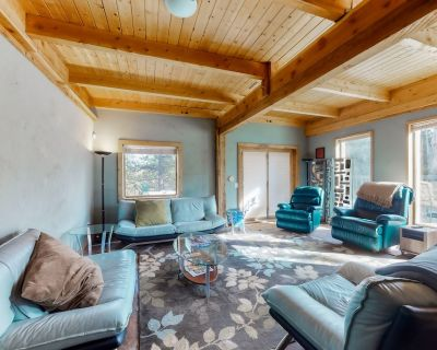 Dog-Friendly, Three-Story House w/ Free WiFi, Private Hot Tub, & Private W/D - Woodland Park