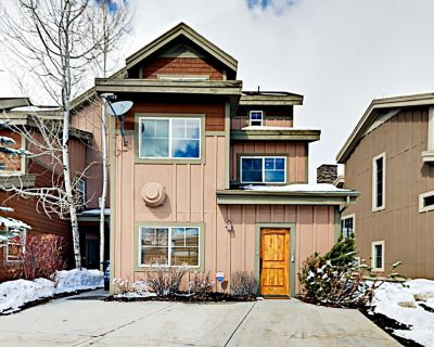 """""""Big Bobsled"""" Townhouse w/ Private Hot Tub & Pool Table -- Minutes to Skiing! - Bear Hollow Village"""