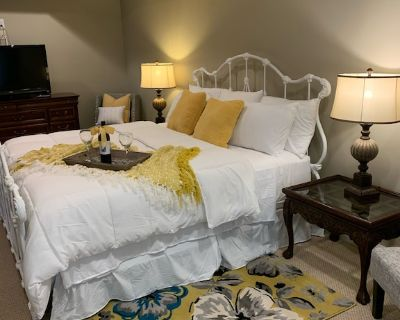 Updated Clean, Cozy, Comfy, King bed, close to Airport and Pinewood Studios! - Tyrone