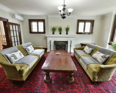 Main Floor Apt Steps to High Park, Lake Ontario, dining, shopping;: Private deck - Sunnyside