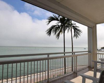 Spacious Villa w/ Full Kitchen, Parking, & Amazing Water Views - Steps to Beach - Captiva