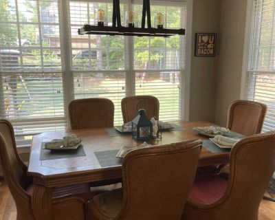 Tommy Bahama amber isle collection dining room/kitchen table with 8 chairs