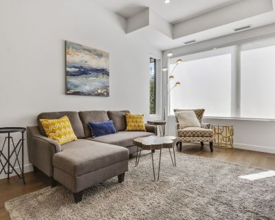 Affluent Townhouse MINUTES From Downtown, Free Parking - Southwest Calgary