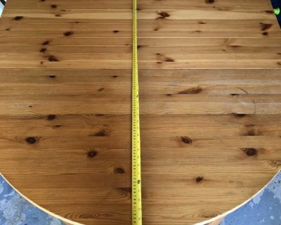 Extendable wood table in perfect condition.
