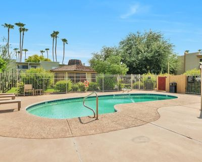 Newly Listed! 1st Floor Condo, Perfect Location for Shopping, Dining & Golf! WIFI, Heated Pool & BBQ - Scottsdale