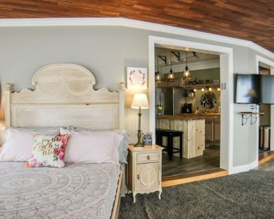 The Waterfall Suite Studio Apartment With Kitchen and Hot Tub! - Pendleton