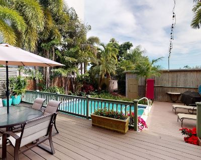 PINEAPPLE COTTAGE: 2BR/2BA-Pvt Pool -1/2 block to Duval - Downtown Key West
