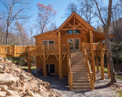HIDEAWAY LOG HOME - NEXT TO CREEK / CLOSE TO TOWN / HIKING TRAILS / PET FRIENDLY - Black Mountain