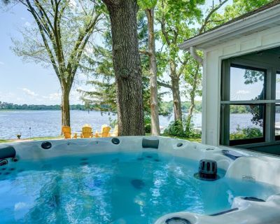 Newly renovated, cozy, private, riverfront cottage, hot tub, fire table, sunsets - Tichigan
