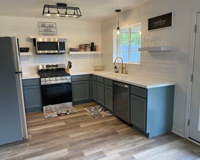 Newly remodeled home w/ a backyard oasis, beautiful hot tub blocks from downtown - Fredericksburg