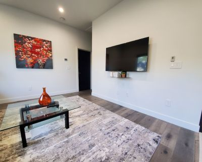 Gated1BD/1BTH Unit/Queen Bed/Queen Sofa Bed/Parking/EV Charger - Northridge
