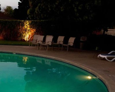 PERFECT FAMILY VACAY! 2 SPACIOUS UNITS, POOL, CLOSE TO ATTRACTIONS - Alameda