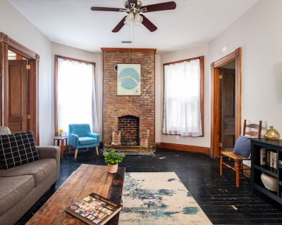 2BR/1BA Charming Apartment in PRIME Location - Highlands