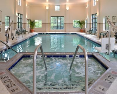 Free Breakfast. Indoor Pool & Hot Tub. Close to the Virginia Beach business district! - Chesapeake