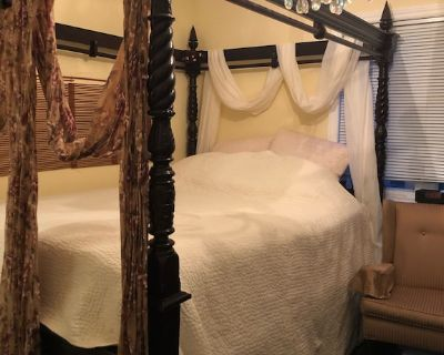 Room with Queen sized bed and en-suite bathroom - Earlscourt