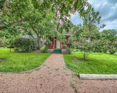 Romantic & Tranquil cabin. Great location, with a Jacuzzi Tub! - Fredericksburg