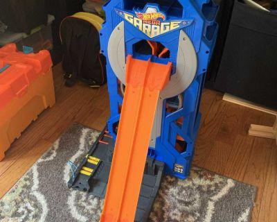 HotWheels Mega Garage - like new