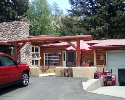 The Cascade Room is a cozy creekside accommodation at the base of Pikes Peak. - Cascade