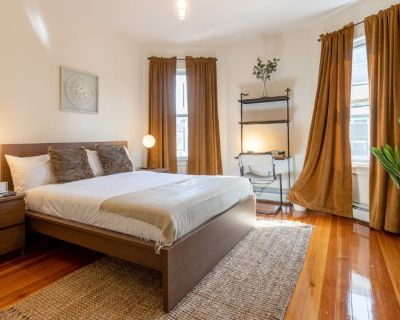Private room with shared bathroom - Dorchester , MA 02125