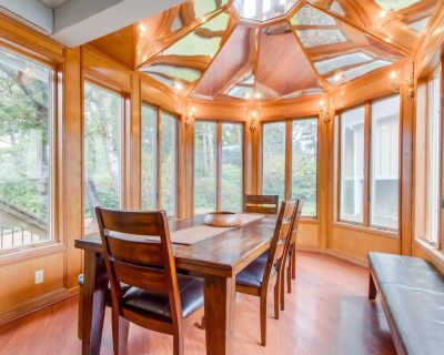 Dog-friendly, 3-level house with private hot tub, deck, game room - Seaside
