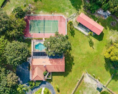 5 acre oasis with Master Bedroom Suite & Bath, Pool, Tennis Court & Jacuzzi - Loxahatchee