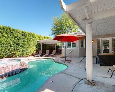 Dog-friendly home w/ mountain views, private pool, spa & shaded patio! - Vista Norte