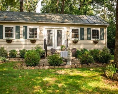 Romantic Shabby Chic Cottage on 5 Acre Property Near Wineries and Blue Ridge Mts - Purcellville
