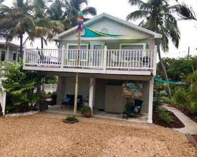 Island Life Suite at our charming Lazy Limpkin Cottage on FT Myers Beach! - Mid Island