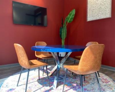 Cozy Meeting Room for 4 w/ TV + Whiteboard, Dallas, TX