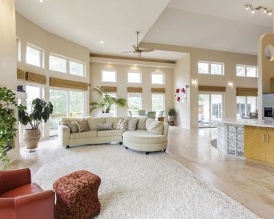 Spacious Bright And Open 6 Bedroom Lake House With Hot Tub, Projector - Carter Lake
