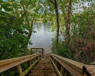 White River front house close to Bull Shoals Lake. - Flippin