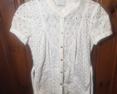 Eyelet blouse w shell buttons