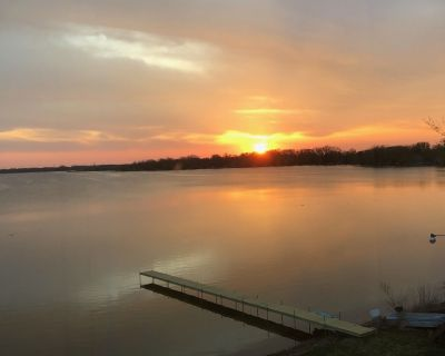 Renovated Lake Cottage with Beautiful Views! Pontoon & Jet Ski available to rent - Wind Lake
