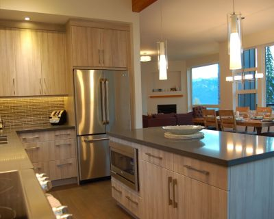 Modern 3 bedroom plus den duplex with private hot tub and amazing views - Golden