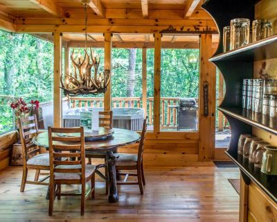 Tranquil cabin with hot tub, game room, mountain views and seasonal pool access - Pigeon Forge