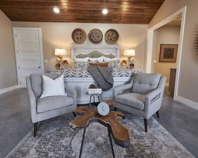 In Town Villas- Suites 5 & 6   Private Hot Tub and Fireplace - Fredericksburg