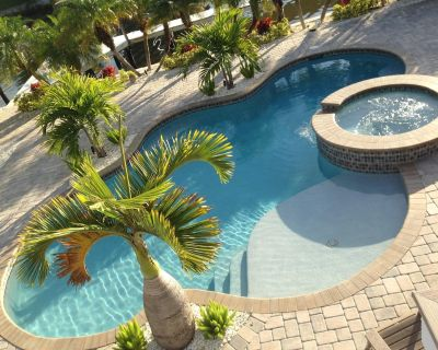 Times Square Gem! Updated Home with Pool - Great for Large Families - Sleeps 12 - Fort Myers Beach