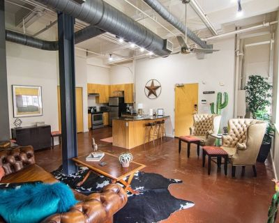 New! 1 Bedroom Downtown Fort Worth Condo. Walk to Sundance Square, Restaurant's, Shopping, and More! - Fort Worth