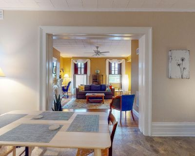 Bright and Cozy One-Bedroom, Quiet Neighborhood Downtown - Extended Stay - Troy