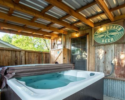 NEW Perfect for families! Sleeps 10, hot tub, fire pit, 2 min to Main - Fredericksburg