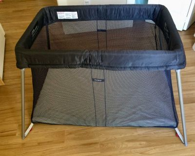Excellent condition Baby Bjorn Play Yard Easy Go Play Pen & Organic cotton sheet