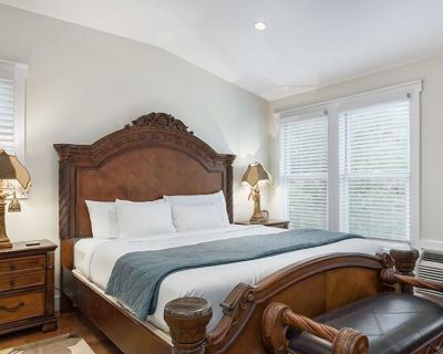 Victorian Mansion Queens Overlook | King Bed | In Town | Shared Hot Tub/Pool - Fredericksburg